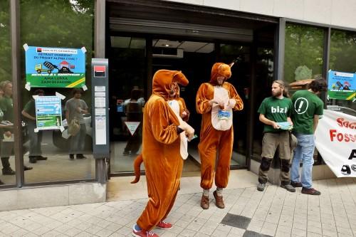 Après leur entretien avec le directeur, les kangourous ressortent de la banque