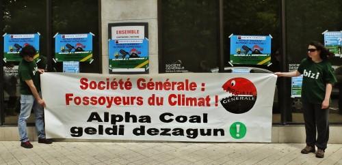 Société Générale Fossoyeur du climat peut-on lire sur une banderole