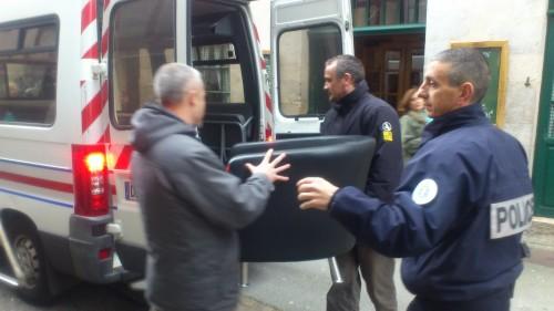 La police a récupéré 3 sièges saisis chez HSBC au local de Bizi