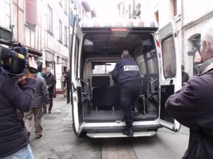 La police embarque 3 sièges d'HSBC saisis par Bizi