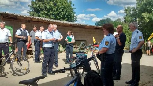 La police allemande entre dans la ferme où les cyclistes prennent le déjeuner