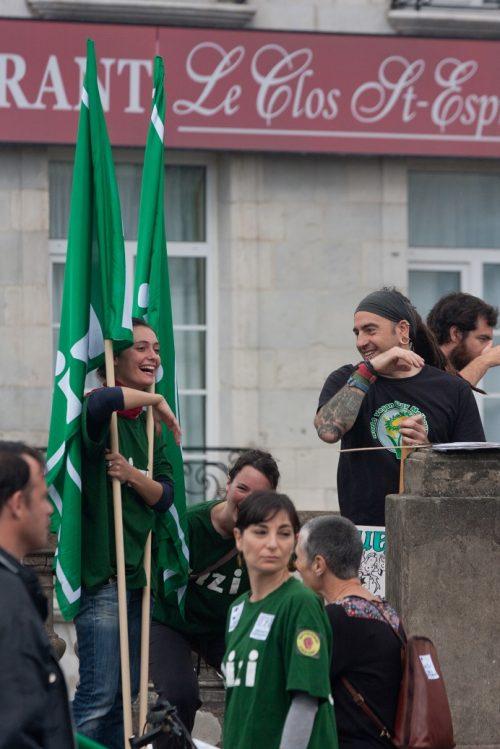 manif 1er mai fille drapeaux all