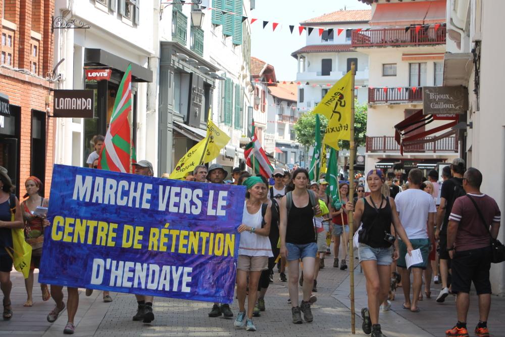 de le pour 200 Centre vers juillet 14 personnes rétention marchent CPXTC0wq